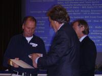 Gen.-Dir. Otto Flum Präsident des ÖRV überreicht Wolfgang Dabernig das Ehrenzeichen