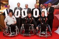 Spendenübergabe an Prim. Dr. Johannes Kirchheimer (links) mit der anwesenden Prominenz aus Politik und Wirtschaft und einigen Behindertensportlern