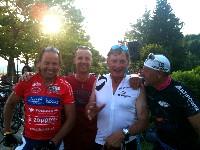 Wolfgang Dabernig nach der Zieldurchfahrt mit Betreuer Thomas Dabringer (er startet am Sonntag bei seinem ersten Ironman), Olympiasieger Franz Klammer und Betreuer Kurt Strobl