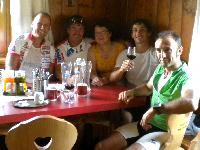 v.l. Radlwolf, Ossi Jochum, Hüttenwirtin Ingeborg Guggenberger, Michi Kurz und Gerhard Seiwald im Hochweißsteinhaus