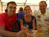 Mit Anna und ein paar Villacher Bier hat das Leben nach dem Rennen für Michi Kurz und Radlwolf wieder einen Sinn