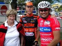 Lokalmatador Robert Gassmayr mit Oma und Radlwolf nach der Zieldurchfahrt der 3. Etappe Kitzbühel - Lienz
