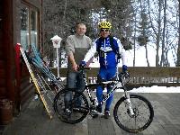 Hüttenwirt Szabolcs Palotai und Radlwolf vor der Ödenhütte