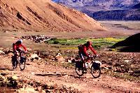 Ossi Jochum und Radlwolf über der Hochebene von Tibet in Richtung Rongbuk am Fuße des Mount Everest
