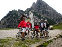 Hans Linder (Flauschibär), Radlwolf, Nils Kurz, Michael Kurz und Kurz Strobl am Passo di Falzarego in 2105m Seehöhe