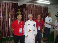 Pater Bernhard mit seinen Ministranten Erich Stauffer und Wolfgang Dabernig