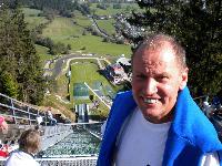 Radlwolf mit zittrigen Knien am Sprungturm der Alpenarena in Villach