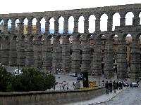 Der berühmte 28 Meter hohe und 728 Meter lange antike römische Aquädukt mit seinen 118 Bögen stammt aus dem 1./2. Jahrhundert n. Chr. Er versorgte bis in die 1970er Jahre die Stadt mit Wasser aus dem über 18 km weit entfernten Fluss Río Frío.