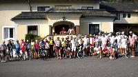 """Die Radler der """"6.Tour de Wienerwald"""" vorm Start beim Hotel Wienerwaldhof"""