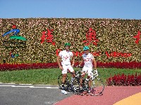 Alexander Hohlrieder und Radlwolf im Olympischen Dorf