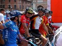 Die Fahrer Paolo Vigano (ITA), Wolfgang Dabernig (AUT), Michael Teuber (GER), Junajo Mendez (ESP) und Roger Bollinger (SUI) diskutieren ihren Streik.