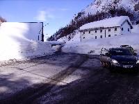 Plöckenpass, links im Schnee Locanda Ristorante AL Valico