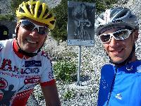 """Radlwolf und Michi Kurz im berüchtigten Anstieg zum Monte Zoncolan (Bildtafel im Hintergrund """"ohne Worte"""")"""