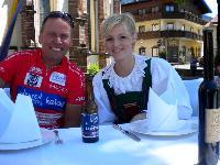 Schlagerstar Melissa Naschenweng und Radlwolf warten schon sehnsüchtig auf die Köstlichkeiten des köstlichen Eck Kärntens