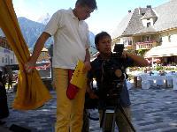 """Karl Hannes Planton ORF und Andreas Sacherer von der """"Andreas Sacherer Filmproduktion"""" beim überprüfen der Filmaufnahmen"""
