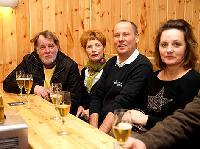 """v.l. Das Künstlerehepaar Gerhard und Sonja Wurzer mit Radlwolf und Gattin Karin bei der Premierenfeier """"Ein Dickkopf kommt selten allein!"""" in der Säge"""