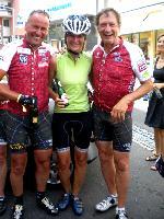 v.l. Radlwolf mit Trainingspartnerin Sabrina und Franz Klammer bei der Leberkäsrunde