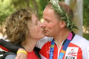 Karin und Radlwolf freuen sich über den Gewinn der Silbermedaille