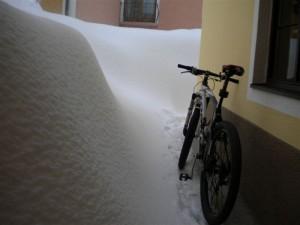 Bei den Schneemassen wird Radlwolf in Kötschach nicht so schnell zum Radeln kommen