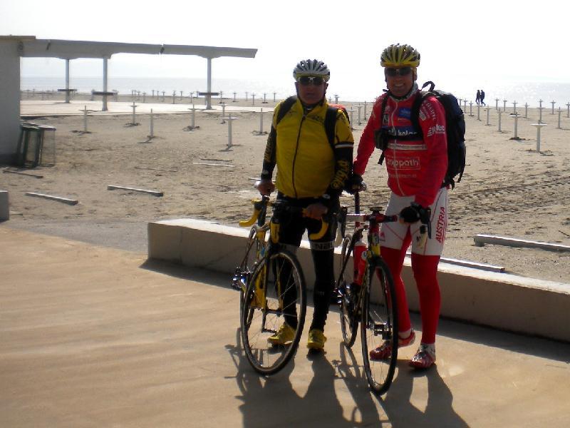 Die Radler am nächsten Morgen am Strand