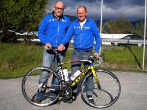 Reinhold Traussnig und Radlwolf bei der Radübergabe