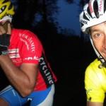 Der Tag geht den Radlern aus und Radlwolf ruft seine Frau Karin an um den Radlern auf den letzten 28 km mit dem Auto heimzuleuchten