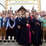 Die Firmlinge und Paten mit Diözesanbischof Dr. Alois Schwarz und Pater Joseph