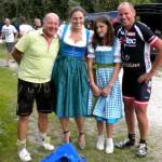 Kurt und Radlwolf treffen die Wirtin vom Wienerwaldhof Hanni Rieger mit Tochter Sophi