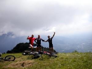 Hans Linder (Flauschi), Radlwolf und Michi Kurz freuen sich über die Bezwingung des Monte San Simeone