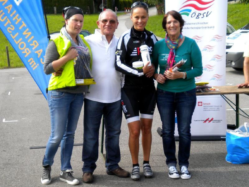 Siegerehrung Gästeklasse Damen v.l. Motz Martina Hohenwarter, Präsident Franz Weingartner Siegerin Katja Wassermann und Maria Reindl