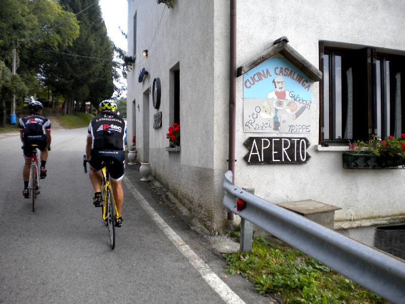 unbeirrt vorbei an den besten Gasthäusern Richtung Castelmonte
