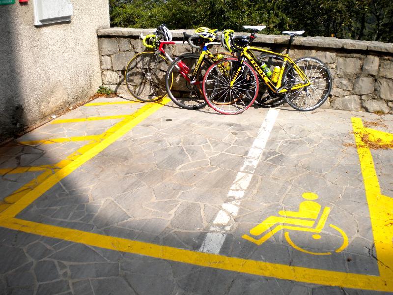 vorschriftsmäßiges Einparken vor dem Kirchenbesuch