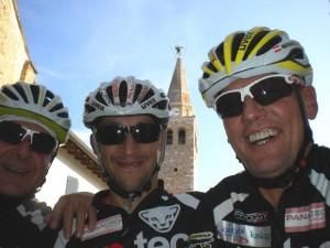 Kurt Strobl, Michi Kurz und Radlwolf vor dem Dom der heiligen Euphemia in Grado