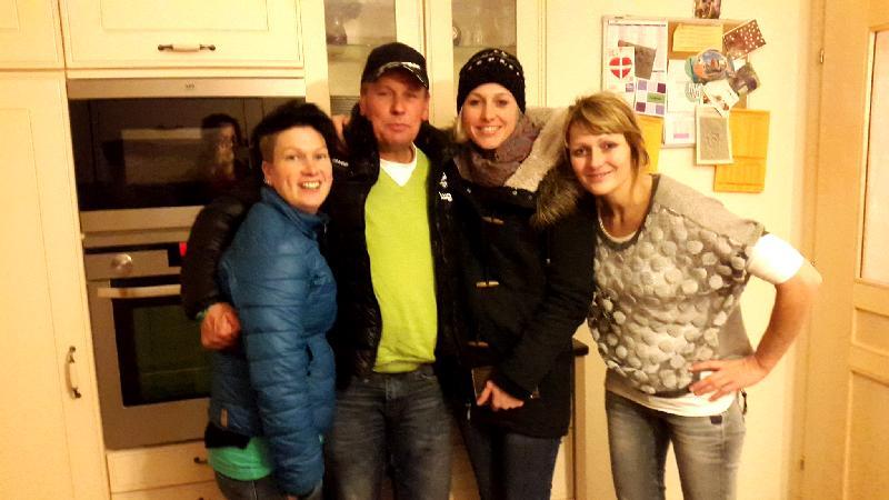 v.l. Motz, Radlwolf, Daniela und Fotografin Karin bedanken sich bei Sabrina für die nette Weihnachtfeier der Trainingsgruppe