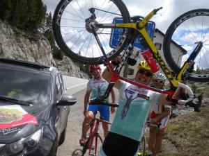 """v.l. Ossi Jochum,Radlwolf und Kurt Strobl  bei der """"Tour Auround Austria"""" am Ofenpass in der Schweiz"""