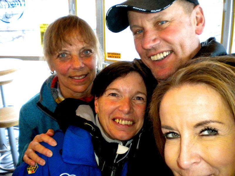 Christine, Mirjam, Radlwolf und Jutta feiern in der Bar bei der Talstation