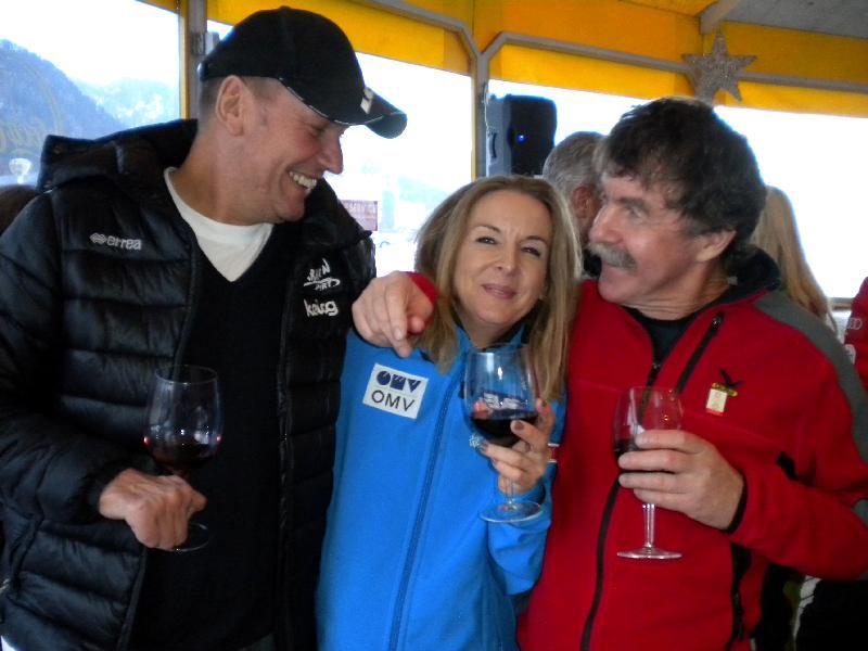 Radlwolf, Jutta und Ossi freuen sich über den schönen Tag und geniesen den guten Wein