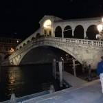 Die Rialtobrücke (Ponte di Rialto) in Venedig verbindet die Stadtteile (Sestieri) San Polo und San Marco und ist eines der ältesten Brückenbauwerke der Stadt