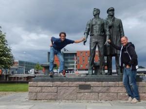 Michi und Radlwolf bei ihrer Ankunft in Trondheim, im Hintergrund das Hotel Scandic Nidelven