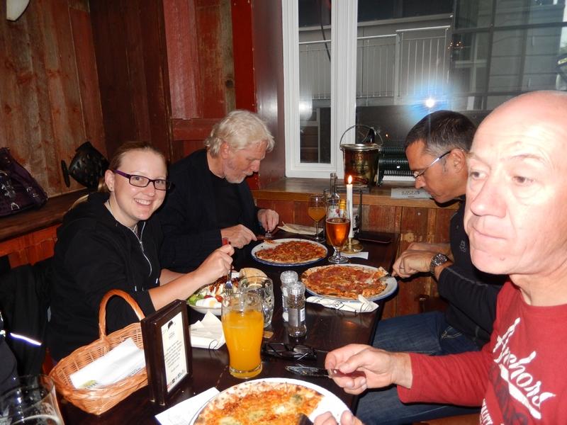 die per Bus angereisten v.l. Caroline, Volker, Organisator Andrew und Wolfgang geniesen das Abendessen nach ihrer mehrtägigen Anreise