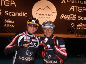 die beiden Paralypioniken sind überglücklich über ihre Leistung im Ziel in Oslo