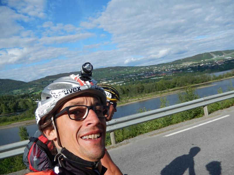 die Radler erreichen Lillehammer, hinten rechts die olympische Schisprunganlage