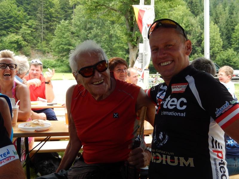 Radlwolf mit seinem großen Vorbild Adi Klingberg der mit seinen 90 Jahren den jungen Radlern immer noch zeigt wo es lang geht