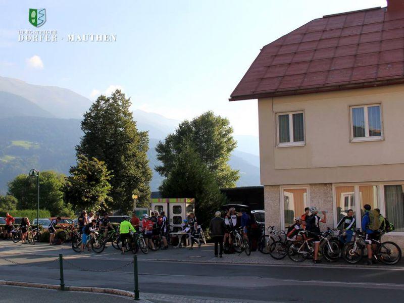 Start am Hauptplatz im Bergsteigerdorf Mauthen