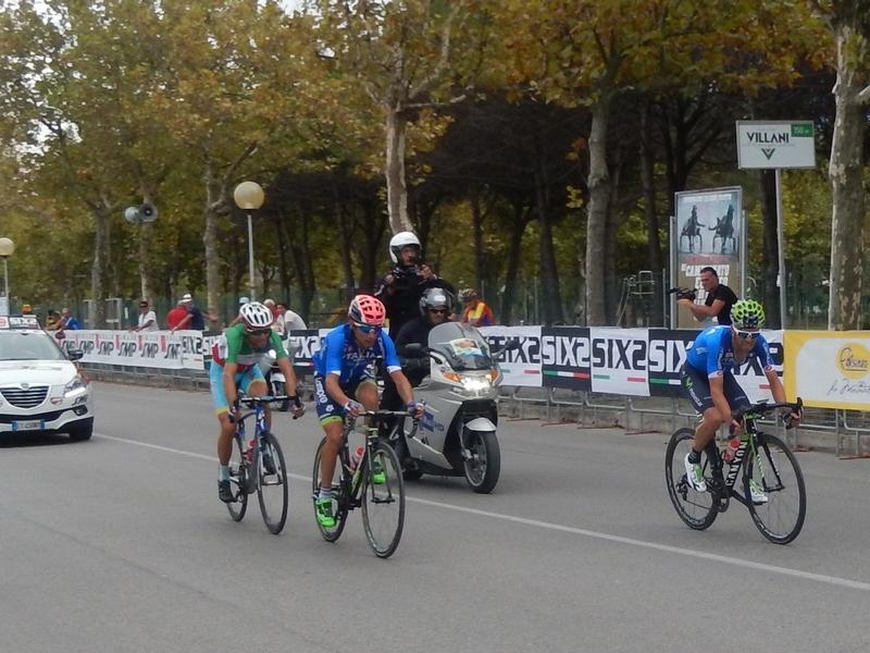 die drei Mann Spitzengruppe mit den späteren Siegern v.l. Vincenzo Nibali, Diego Ulissi und Giovanni Visconti knapp vor dem Ziel