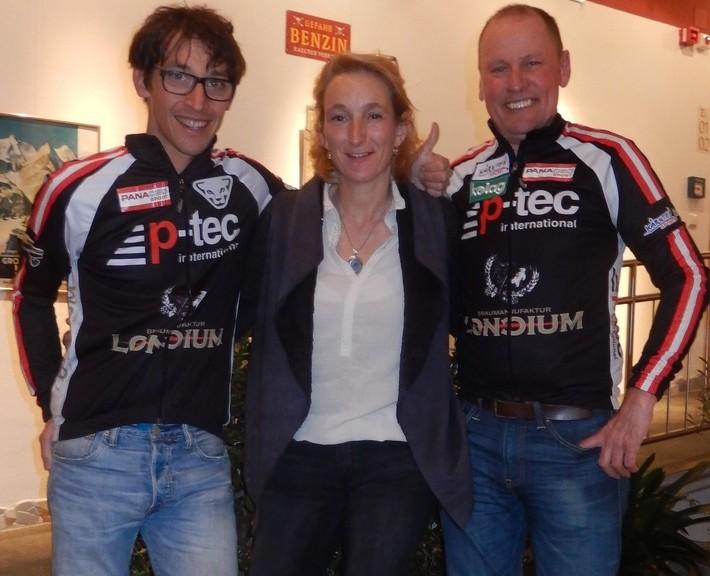 Michi Kurz und Radlwolf freuen sich mit Gastgeberin Christine Engl über die gelungene Filmpremiere