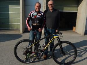 Radlwolf und Reinhold Traussnig bei der MTB-übergabe