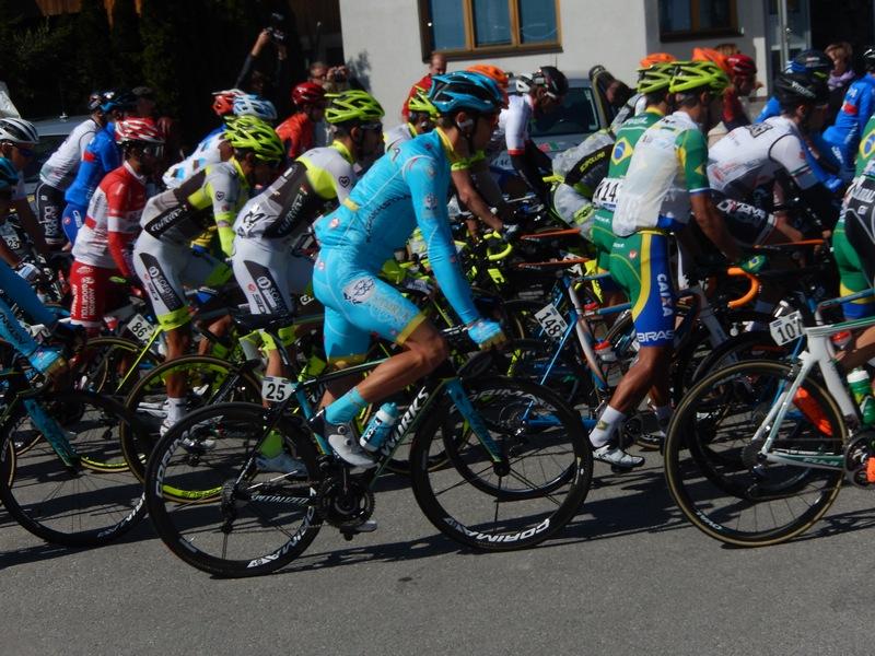 Das Feld rollt, im blauen Astana Trikot der spätere Etappensieger Tanel Kangert