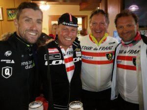 v.l. Radprofi Bernhard Eisel, Radlwolf, Franz Klammer und Ex-Radprofi Paco Wrolich
