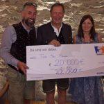 """Ronny Hohenberger, Franz Klammer und Karin Pucher präsentieren das tolle Spendenergebnis der """"Tour de Franz 2016"""""""
